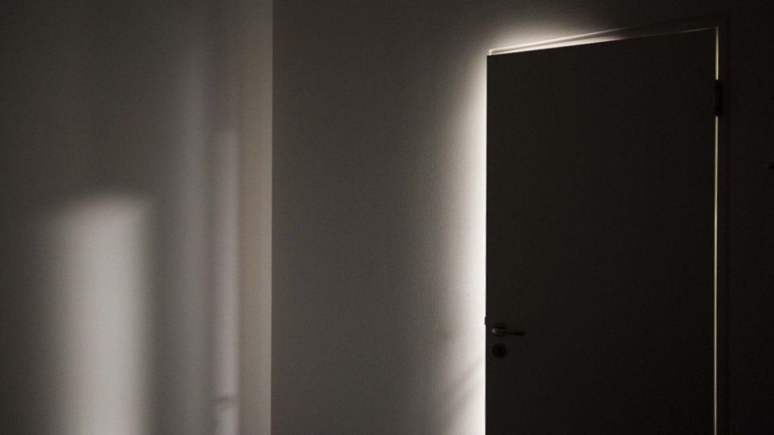 door-gap-light-shadow-lindenpartners-Berlin