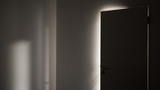 door-gap-light-shadow-lindenpartners-Berlin