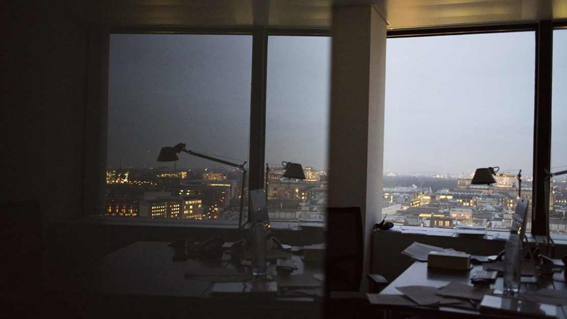 office-desk-lamp-reflection-1152x648-lindenpartners-Berlin