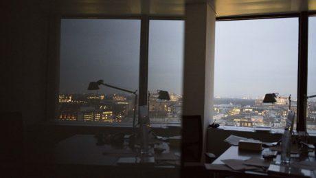 office-desk-lamp-reflection-1152x648-lindenpartners-Berlin